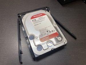 NASドライブトレイにHDDをセットする写真